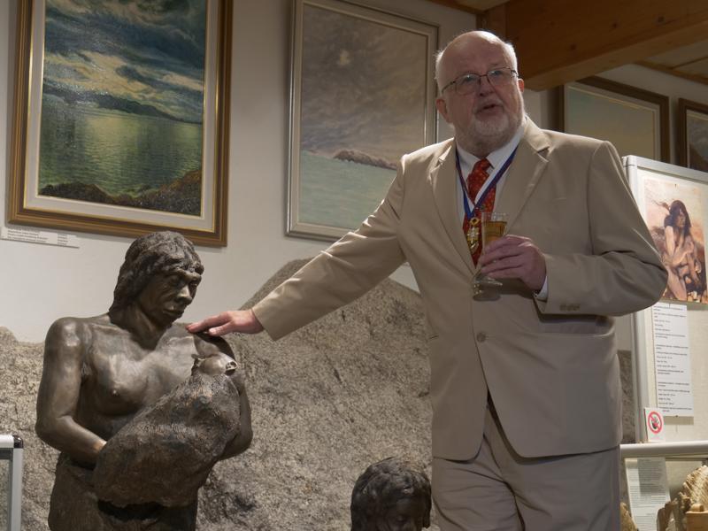 Niin ahdasta ei sentään ole ettei neanderdalilainen ihminen jälkeläisineen pronssista veistettynä kelpaisi.  Kevin Åkerlund