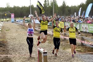 Tove Alexandersson (vas.) takasi ankkuriosuudellaan Stora Tunan voitonjuhlat Venlojen viestissä.