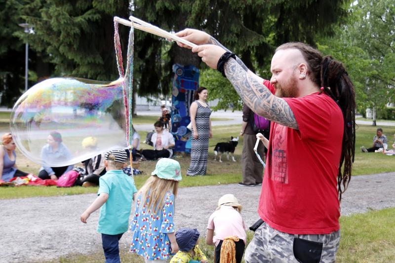 Sateenkaaripiknik Kokkolan Länsipuistossa aloitti Kokkola Pride 2018 -tapahtuman pääpäivän. Vesa Tuomi näytti kuinka tehdään jättisaippuakuplia.