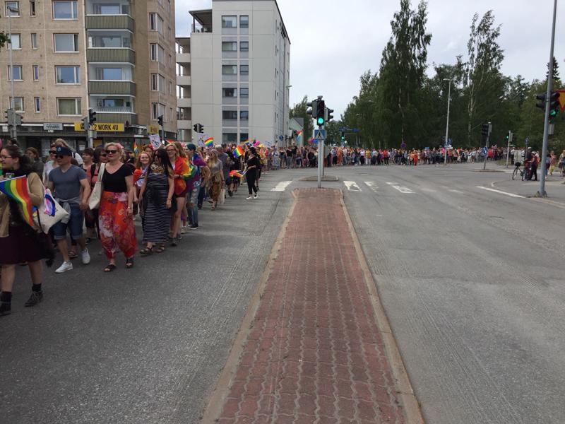 Pride-kulkue Kokkolan keskustassa.