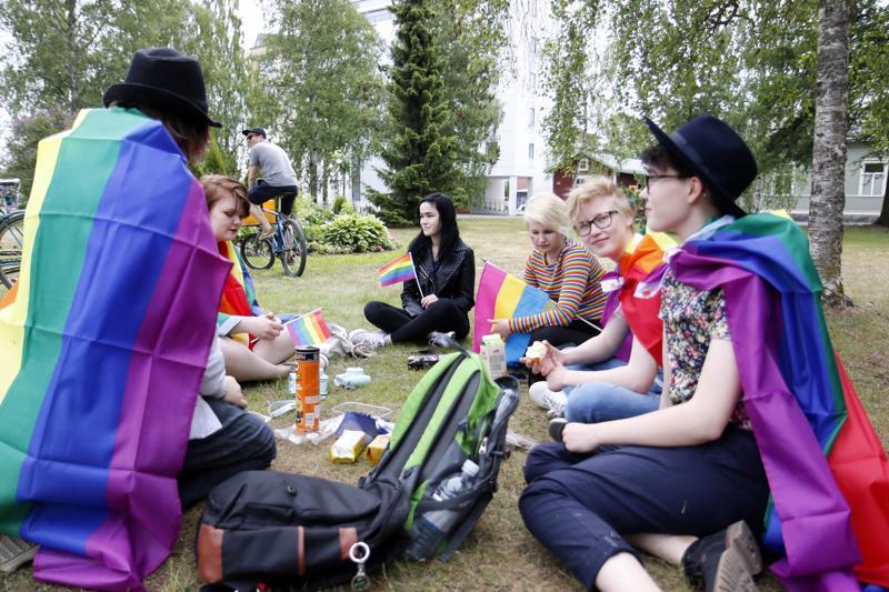 Milja Eeronketo, Venla Krook, Pinja Kärkkäinen, Bea Seikkula, Kati Jutila sekä joukon kuudes jäsen saapuivat lähikunnista sateenkaaripiknikille Kokkolan Länsipuistoon .