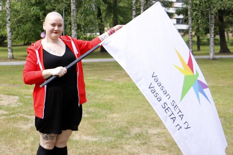 Vaasan SETA ry:n puheenjohtaja Saana Lind sateenkaaripiknikillä Kokkolan Länsipuistossa.