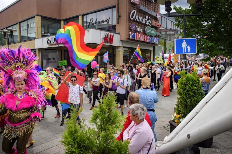 Pride-kulkue täytti Tehtaankadun. Kulkuetta johti paikallinen sambatanssijoiden ryhmä.
