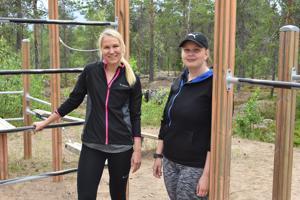 Roosa Juuska (vas.) ja Veera Partanen haluavat rohkaista ihmisiä liikkumaan tarjoamalla heile matalan kynnyksen liikuntaryhmiä.