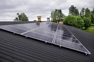 Sähköä auringosta navetan tarpeisiin. Arsi Kanala investoi aurinkovoimalaan, koska se biokaasuvoimalaa edullisempi ratkaisu. Pasi Mäkelän mukaan paneelit ovat pitkäikäinen ja huoltovapaa valinta.