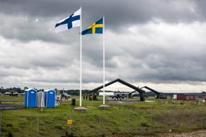 Suomen ja Ruotsin liput liehuvat yhä useammin rinnakkain sotilaallisissa yhteyksissä. Suomen ilmavoimat osallistuivat sotaharjoitukseen yhdessä Ruotsin ilmavoimien kanssa Visbyssä syksyllä 2016.