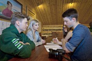 Joonas Mäkelä, Emma Grant, Samantha Biebl sekä Bob Cain osallistuvat Kalajoella järjestettävään kansainväliseen nuorisomanifesti-työpajaan.