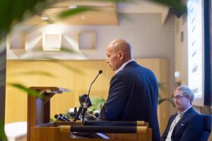 Kaupungintalolla pidetyssä yleisötilaisuudessa Kokkolan Satama Oy: toimitusjohtaja Torbjörn Witting ja Liikenneviraston projektipäällikkö Seppo Paukeri kertoivat sataman syvennyshankkeen tilasta.