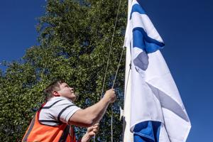 Juhannusaattona Kokkolan kaupungin talonmiehellä on noin 50 lipunnostoa sisältävä työpäivä.