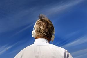 Kesäisen sinistä taivasta ja poutapilviä katsellessa moni haluaa kuunnella erilaista musiikkia kuin kylmään vuodenaikaan.