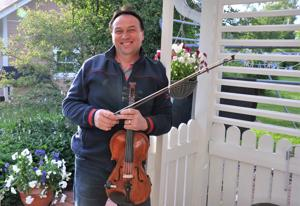 Matti Korkiala on totuttu näkemään myös viulu kädessä. Nykyisen soittimensa hän on rakentanut itse. - Hollihaan koulussa oli kurssi. Yksi lukuvuosi sitä rakennettiin. Se soi hyvin ensisoittimeksi.