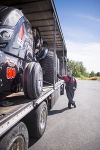 Kälviäläiset Matti (vas.) ja Pekka Herlevi ovat saavuttaneet menestystä mielin määrin tractor pullingissa.