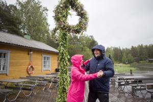 Katariina ja Jyrki Tiainen tanssahtelivat ympäri laituria sateesta ja myrskylukemiin yltävästä tuulesta huolimatta.