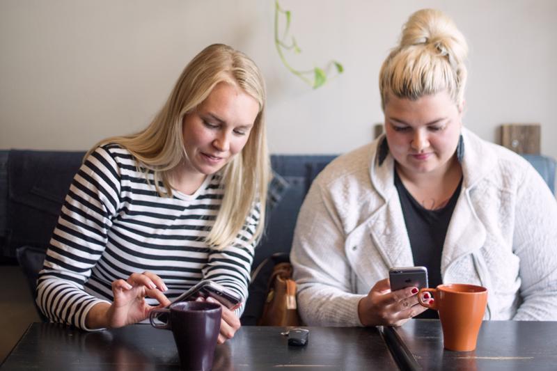 Ella Vahtiala ja Jenna Saari kertovat, ettei puskaradion ylläpitämisesta voi ikinä täysin ottaa lomaa.