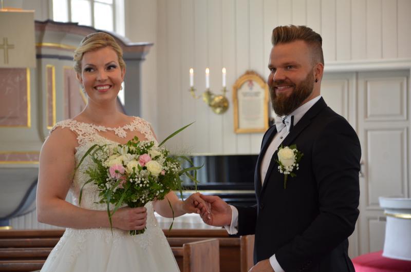 Pauliina Puronaho ja Antti Laakso viettävät häitään juhannusaattona Kaustisella.