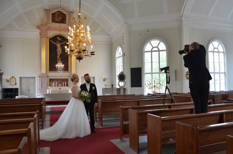 Ennen H-hetkeä otettiin potrettikuvat kirkossa. Päivän tunnelmia ikuistaa hääkuvaaja Jesse Uusitalo.