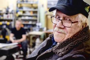 Esko Tuurinmaa työskenteli hautakiven kaivertajana Kokkolassa vuosikymmenten ajan.