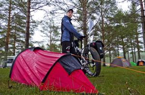 Tamperelainen Tero Tikkanen on aina pyöräillyt paljon ja kiinnostui pari vuotta sitten pyörämatkailusta. Tänä kesänä hän päätti toteuttaa unelmansa pitkästä pyörämatkasta. Majoitus retkellä on pitkälti yhden hengen teltan varassa, jossa Tikkanen yöpyi myös pysähtyessään Kalajoella.