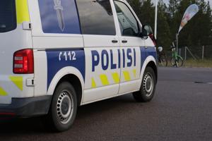 Poliisi valvoi Kalajoen juhannusta Merisärkän edustalla juhannusaattona.