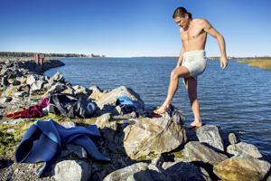 Näyttelijä Petter Kevin ui Kokkolan kaupungintalolta Suntia pitkin merelle asti.