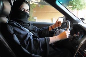 Naisten ajo-oikeus astui voimaan Saudi-Arabiassa vuosikymmenten taistelun jälkeen.