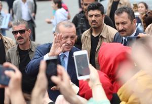 Turkin presidentti Recep Tayyip Erdoğan tervehti kannattajiaan käytyään äänestämässä sunnuntaina vaaleissa, joita hän aikaisti 1,5 vuodella.
