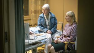 Cecilia (Sissela Kyle) ja Jenny (Lotta Tejle) huomaavat, että unelmat leppoisista eläkepäivistä ovat tuhoutumassa.