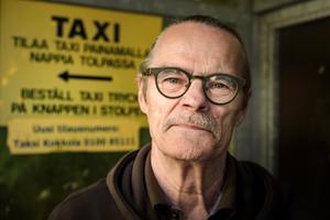 Kokkolan rautatieasemalla taksia odottanut kemiläinen Heikki Kaikkonen pelkää, että taksiliikenteestä tulee villi länsi. Hän arvelee, että ruuhkaseudulla taksitapoja pitää muuttaa, mutta Lapissa ehkä ei.