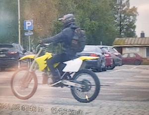 Poliisi kaipaa havaintoja tästä keltaisesta motocrosspyörästä, joka kaahasi poliisia karkuun lauantaina iltapäivällä Kalajoentiellä.