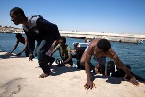 Italiaan, Kreikkaan ja Espanjaan on saapunut Välimeren yli tänä vuonna yhteensä noin 41 000 siirtolaista. Arkistokuva Libyan edustalta pelastetuista ihmisistä.