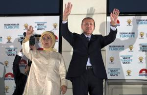 Recep Tayyip Erdoğan juhli sunnuntai-iltana vaalivoittoa vaimonsa Emine Erdoğanin kanssa Ankarassa. Emine Erdoğan pitää kaikissa julkisissa esiintymisissään islamilaista huivia.