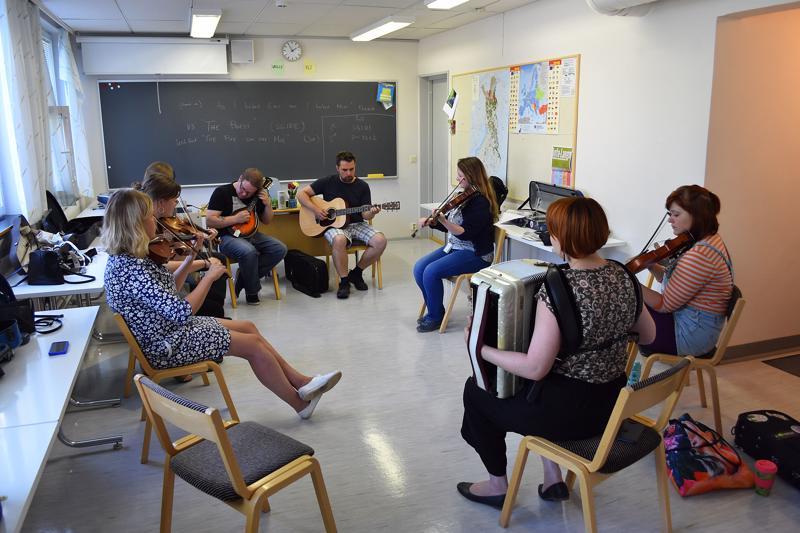 Niamh Ni Charra opetti irlantilaisen kansanmusiikin perusteet.