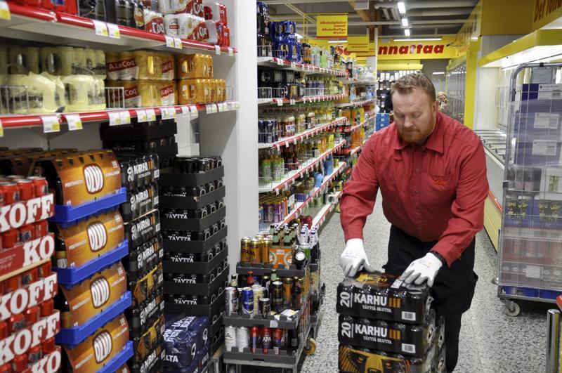 Koivuhaan Salen myymäläpäällikkö Kai Biskop täyttämässä olutosastoa.
