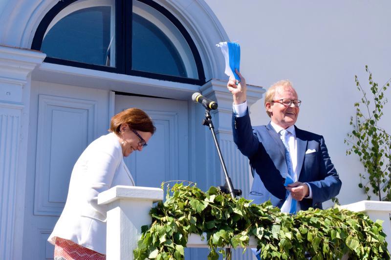 Maria Palmin sakset eivät olleet terävimmillään, mutta niin vain saatiin nauha leikattua, Gösta Willman iloitsee.
