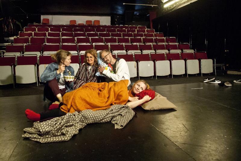 Emmi Tanskanen, Heli Karhukorpi, Juha Aho ja Emma Säynäjäkangas ovat valmiina viettämään yön teatterissa.