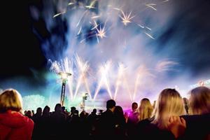 Venetsialaisten yleisöä viime vuodelta. Tänä vuosii ilotulituksen korvaa laservaloshow.