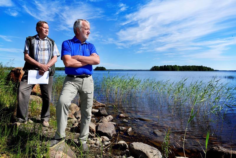 Kauniilta näyttää mutta vaara uhkaa. Lestijärveen virtaa niin paljon humusta, että sietokyky horjuu helposti, sanovat Timo Lappi ja Mikko Viitasalo Lestijärveltä.