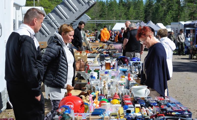 Rompetori keräsi jälleen suuren joukon ihmisiä käymään kauppaa vanhan ja osin uudenkin tavaran parissa.