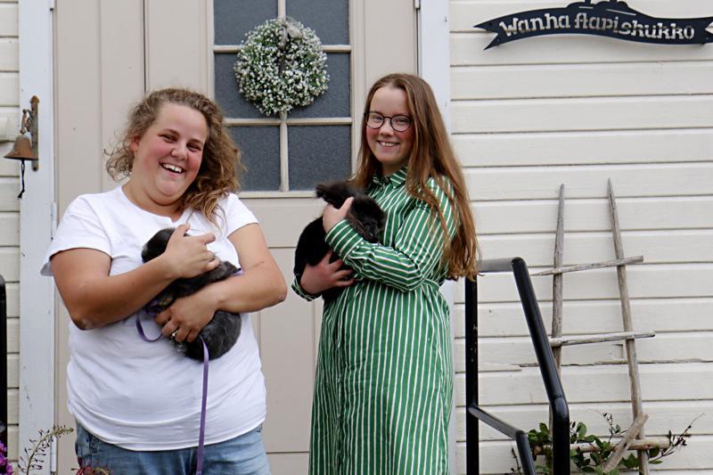 Wanhan Aapiskukon kesäkahvila ja kotieläinpiha aloitti toimintansa Kalajoen Käännänkylällä. Jenni Hilliaho (vas.) ja Ida Kupari kertovat, että kesäkahvilan valmistelu on ollut mukavaa puuhaa.