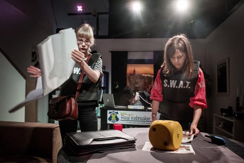 Toimittajat Milja Keinänen ja Emilia Kallioinen yrittävät ottaa selkoa Kokkola Escape Roomista huoneesta löytyneiden vihjeiden avulla.