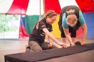 Talkoolaiset Pirkko Koivunen ja Terhikki Nordberg valmistelevat lasten telttaa Kaustisten Kansanmusiikkijuhlille. Koivunen on talkoilemassa ensimmäistä kertaa, kun taas Nordberg on jo konkari.