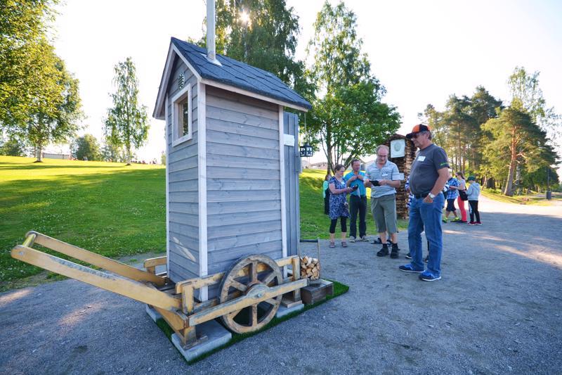 Tapahtuman ohessa oli muutakin nähtävää. Esimerkiksi maitokärryjen päälle rakennettu maailman pienin sauna kiinnosti yleisöä.