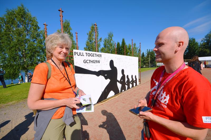 Karkkilasta tapahtumaan tullut Viveka Haapio on ollut Hannu Österbergin kanssa geokätköilytapahtumissa ulkomailla asti.