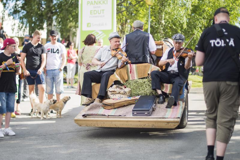 Kaustisen kansanmusiikkijuhlat käynnisti juhlava avajaiskulkue.