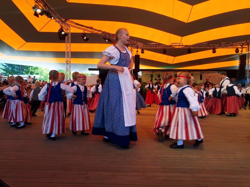 Kansanmusiikkijuhlien Keskipohjanmaa-areenalla esiintyi tiistaina suuri joukko kansantanssiryhmä Ottosten lapsia ja nuoria.