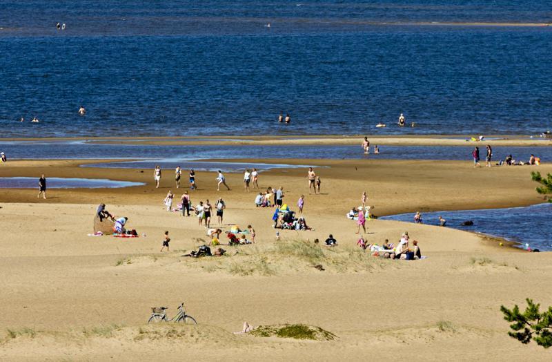 Helteet toivat väen Särkkien rannoille.