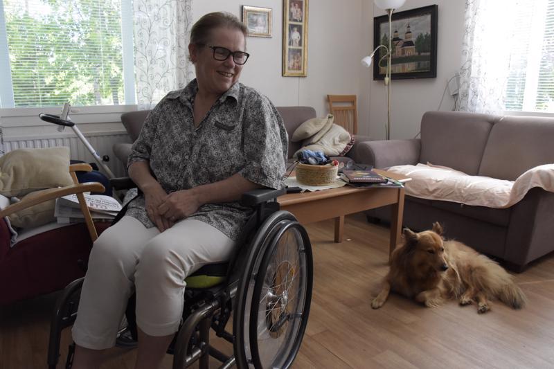 Pedersöreläinen Lis-Mari Riska keräsi viidenkymmenen MS-potilaan tarinan kirjaksi.