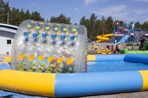 Ruotsalainen Markus Brännvall vietti lomapäivää tyttärensä Liljan kanssa. Zorb-pallo vedessä sai heidät nauramaan.