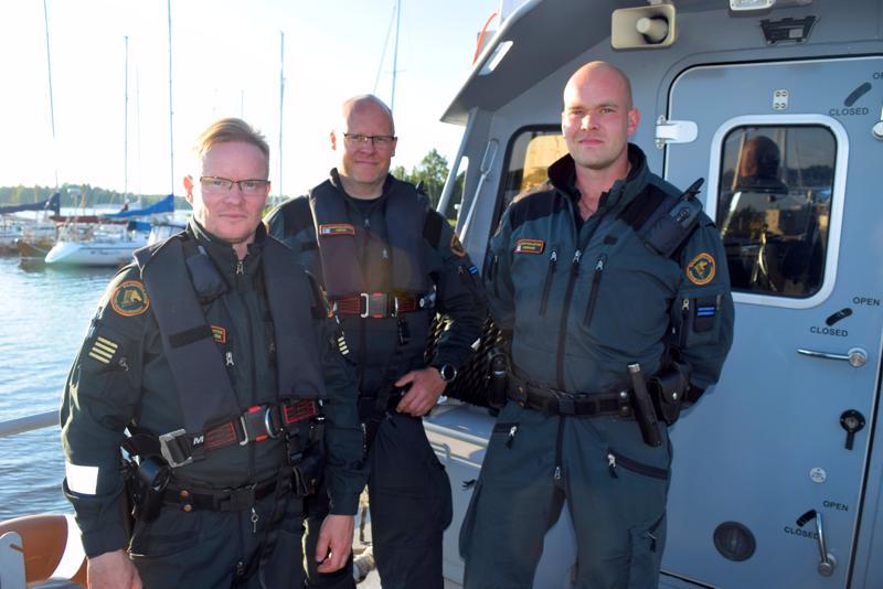 Merivartiomestari Rolf Nordström (vas.) sekä vanhemmat merivartijat Timo Tervo ja Terho Kinnari Paviksella.
