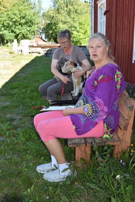 Taidetta. Valtakunnallista kuvataiteen päivää, taidemaalari Helene Schjerfbeckin syntymäpäivää vietettiin ensimmäistä kertaa Kannuksessa, jossa kokoonkutsujana toimi kuvataiteilija Helena Rantanen (edessä). Riitta Liedes oli mukana Assi-koiransa kanssa.